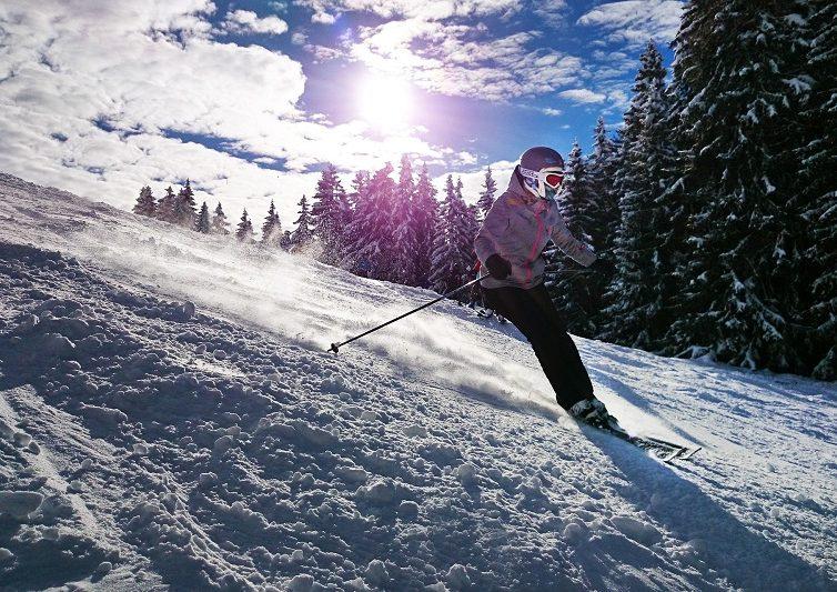 Damski strój narciarski – na co zwrócić uwagę przy wyborze?